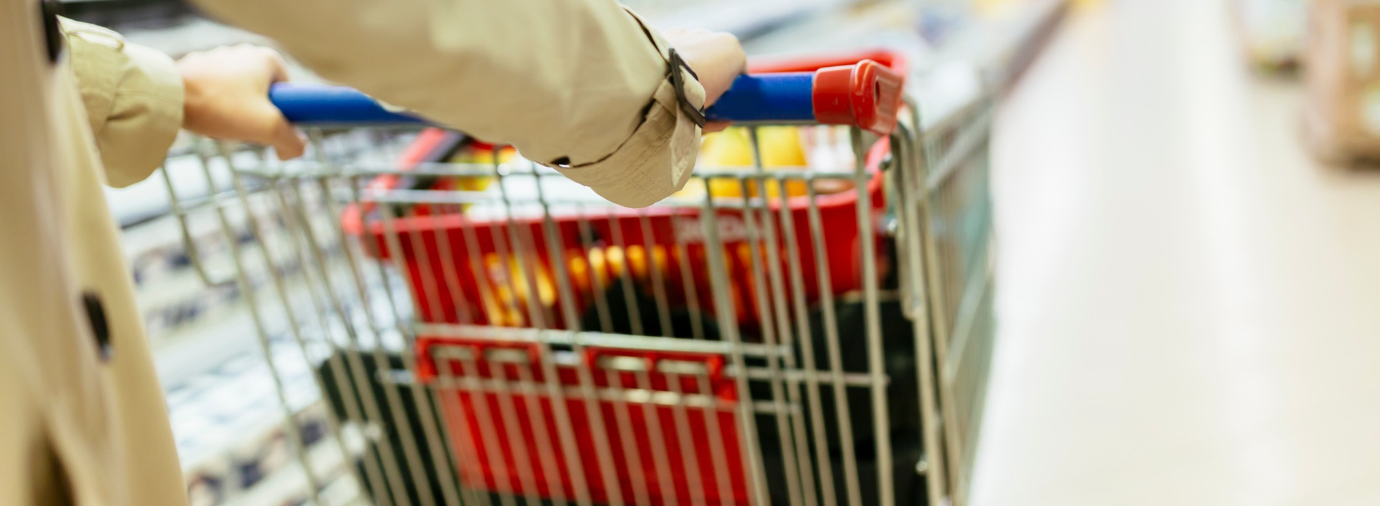 Ollaanpa nyt rehellisiä – Sinulla taitaa olla tapana ainakin toisinaan tuijotella kassajonossa edeltävän asiakkaan ostoksia?